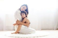 Madre y su niño, abrazando Imagenes de archivo