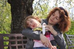 Madre y su niño en el banco Imagen de archivo libre de regalías