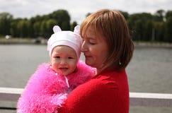 Madre y su pequeña hija fotos de archivo libres de regalías