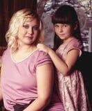 Madre y su pequeño abarcamiento de la hija Imagenes de archivo