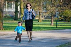 Madre y sus dos años del hijo Fotos de archivo