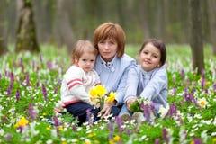 Madre y sus dos hijas Imágenes de archivo libres de regalías