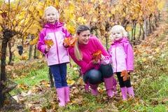 Madre y sus hijas en otoño Imagen de archivo