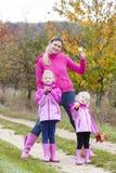 Madre y sus hijas en otoño Fotos de archivo