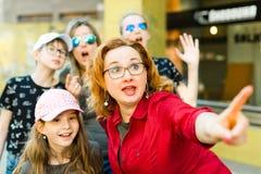 Madres con las hijas que caminan el centro de la ciudad foto de archivo libre de regalías