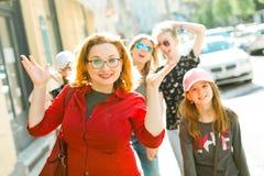 Madres con las hijas que caminan el centro de la ciudad imagen de archivo libre de regalías