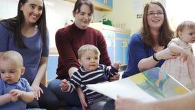 Madres con los ni?os en el grupo del beb almacen de video