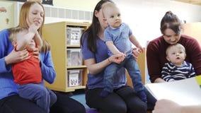 Madres con los ni?os en el grupo del beb? almacen de video