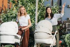 madres que caminan con los cochecitos de bebé en mujer del parque ilustración del vector