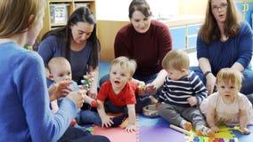 Madres y bebés que tocan los instrumentos almacen de video