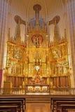 Madri - altar neogótico cinzelado cano principal da igreja Santa Cruz Imagem de Stock