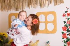 Madri che giocano con la sua piccola figlia Immagine Stock Libera da Diritti