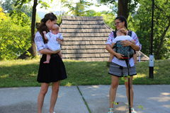 Madri con i neonati nelle loro armi Immagini Stock Libere da Diritti