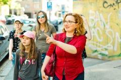 Madri con le figlie che camminano la citt? fotografia stock libera da diritti