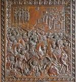 MADRI - 10 DE MARÇO: Relevo de madeira da porta interna de Capilla del Obispo Fotos de Stock