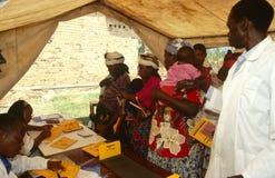 Madri e bambini ad una clinica di salute mobile, Ruanda fotografia stock