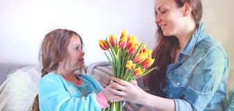 Madri e derivati delicati degli abbracci, congratulazioni sulla festa e fiori Concetto della cartolina d'auguri di giorno del ` s fotografie stock