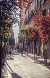 MADRI, ESPANHA - 26 DE ABRIL: Rua estreita velha com poucos café em abril Imagens de Stock