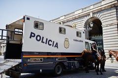Madri, Espanha - 24 de agosto de 2017: Polícia do cavalo em ruas de Madr Foto de Stock