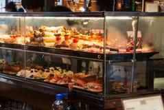 MADRI, ESPANHA - 12 DE FEVEREIRO DE 2017: Caso de vidro com tapas diferentes no mercado de San Miguel do Madri Foto de Stock