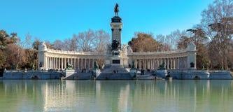 Madri, Espanha - 13 de fevereiro - 2018: Monumento a Alfonso XII na lagoa no parque de Retiro no Madri, Espanha imagem de stock royalty free