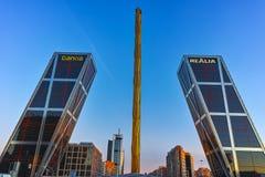 MADRI, ESPANHA - 23 DE JANEIRO DE 2018: A ideia do nascer do sol da porta de Europa KIO eleva-se na rua de Paseo de la Castellana Fotos de Stock