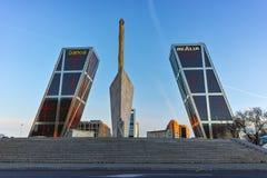 MADRI, ESPANHA - 23 DE JANEIRO DE 2018: A ideia do nascer do sol da porta de Europa KIO eleva-se na rua de Paseo de la Castellana Fotografia de Stock