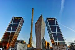 MADRI, ESPANHA - 23 DE JANEIRO DE 2018: A ideia do nascer do sol da porta de Europa KIO eleva-se na rua de Paseo de la Castellana Foto de Stock Royalty Free
