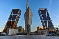 MADRI, ESPANHA - 23 DE JANEIRO DE 2018: A ideia do nascer do sol da porta de Europa KIO eleva-se na rua de Paseo de la Castellana Imagens de Stock Royalty Free