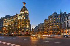 MADRI, ESPANHA - 23 DE JANEIRO DE 2018: Opinião do por do sol de Gran através de e de construção da metrópole na cidade do Madri Foto de Stock Royalty Free