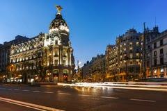 MADRI, ESPANHA - 23 DE JANEIRO DE 2018: Opinião do por do sol de Gran através de e de construção da metrópole na cidade do Madri Foto de Stock