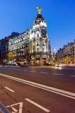 MADRI, ESPANHA - 23 DE JANEIRO DE 2018: Opinião do por do sol de Gran através de e de construção da metrópole na cidade do Madri Fotos de Stock
