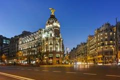 MADRI, ESPANHA - 23 DE JANEIRO DE 2018: Opinião do por do sol de Gran através de e de construção da metrópole na cidade do Madri Imagens de Stock Royalty Free