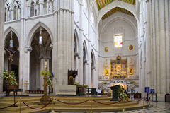 MADRI, ESPANHA - 28 DE MAIO DE 2014: Interior de Santa Maria la Real de La Almudena Fotografia de Stock