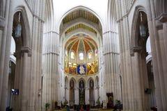 MADRI, ESPANHA - 28 DE MAIO DE 2014: Interior de Santa Maria la Real de La Almudena Imagens de Stock Royalty Free