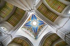 MADRI, ESPANHA - 28 DE MAIO DE 2014: Interior de Santa Maria la Real de La Almudena Imagem de Stock Royalty Free