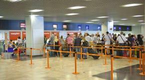 MADRI, ESPANHA - 28 DE MAIO DE 2014: Interior do aeroporto do Madri, ária de espera da partida Imagem de Stock