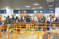 MADRI, ESPANHA - 28 DE MAIO DE 2014: Interior do aeroporto do Madri, ária de espera da partida Fotografia de Stock Royalty Free