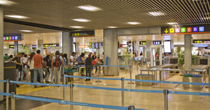 MADRI, ESPANHA - 28 DE MAIO DE 2014: Interior do aeroporto do Madri, ária de espera da partida Foto de Stock