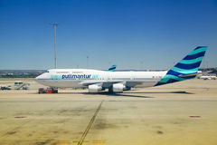 MADRI, ESPANHA - 28 DE MAIO DE 2014: Interior do aeroporto do Madri, avião pronto para partir Fotos de Stock