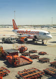 MADRI, ESPANHA - 28 DE MAIO DE 2014: Interior do aeroporto do Madri, avião pronto para partir Imagem de Stock