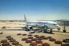 MADRI, ESPANHA - 28 DE MAIO DE 2014: Interior do aeroporto do Madri, avião pronto para partir Imagens de Stock