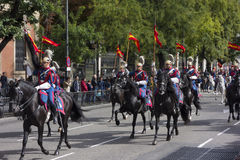 MADRI, ESPANHA - 12 DE OUTUBRO: Cavalaria real espanhola do protetor (Guardia real) no dia nacional espanhol imagem de stock