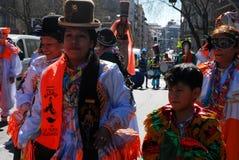 Madri, Espanha, o 2 de março de 2019: Parada de carnaval, dançarinos bolivianos do grupo com execução tradicional do traje fotos de stock