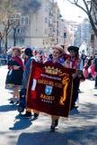 Madri, Espanha, o 2 de março de 2019: Parada de carnaval, membros da associação de Raices del Peru que levanta com o traje peruan foto de stock