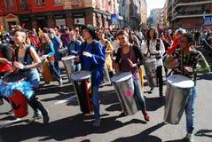 Madri, Espanha, o 2 de março de 2019: Parada de carnaval, membros do grupo fêmea de Percusion que joga e dança imagens de stock