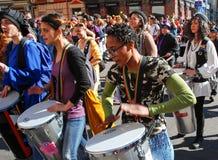 Madri, Espanha, o 2 de março de 2019: Parada de carnaval, membros do grupo fêmea de Percusion que joga e dança foto de stock royalty free