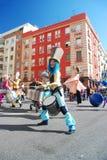 Madri, Espanha, o 2 de março de 2019: Parada de carnaval, membros de Tabarilea Percusion que jogam e dança foto de stock