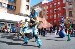 Madri, Espanha, o 2 de março de 2019: Parada de carnaval, membros de Tabarilea Percusion que jogam e dança fotos de stock royalty free