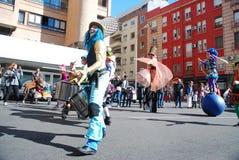 Madri, Espanha, o 2 de março de 2019: Parada de carnaval, membros de Tabarilea Percusion que jogam e dança foto de stock royalty free